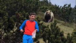 Дете запазва изключително хладнокръвие при среща с мечка в гората (видео)