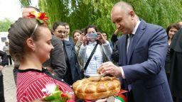 Румен Радев засипа с критики решенията за ДДС и държавни бензиностанции