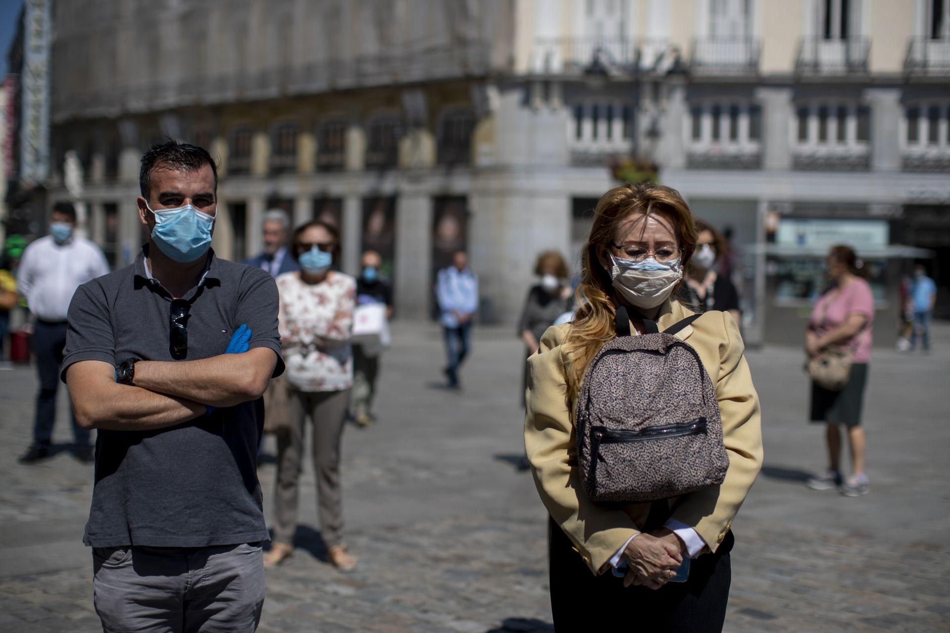 Жители в Мадрид отдават минута мълчание в памет на жертвите на вируса в страната