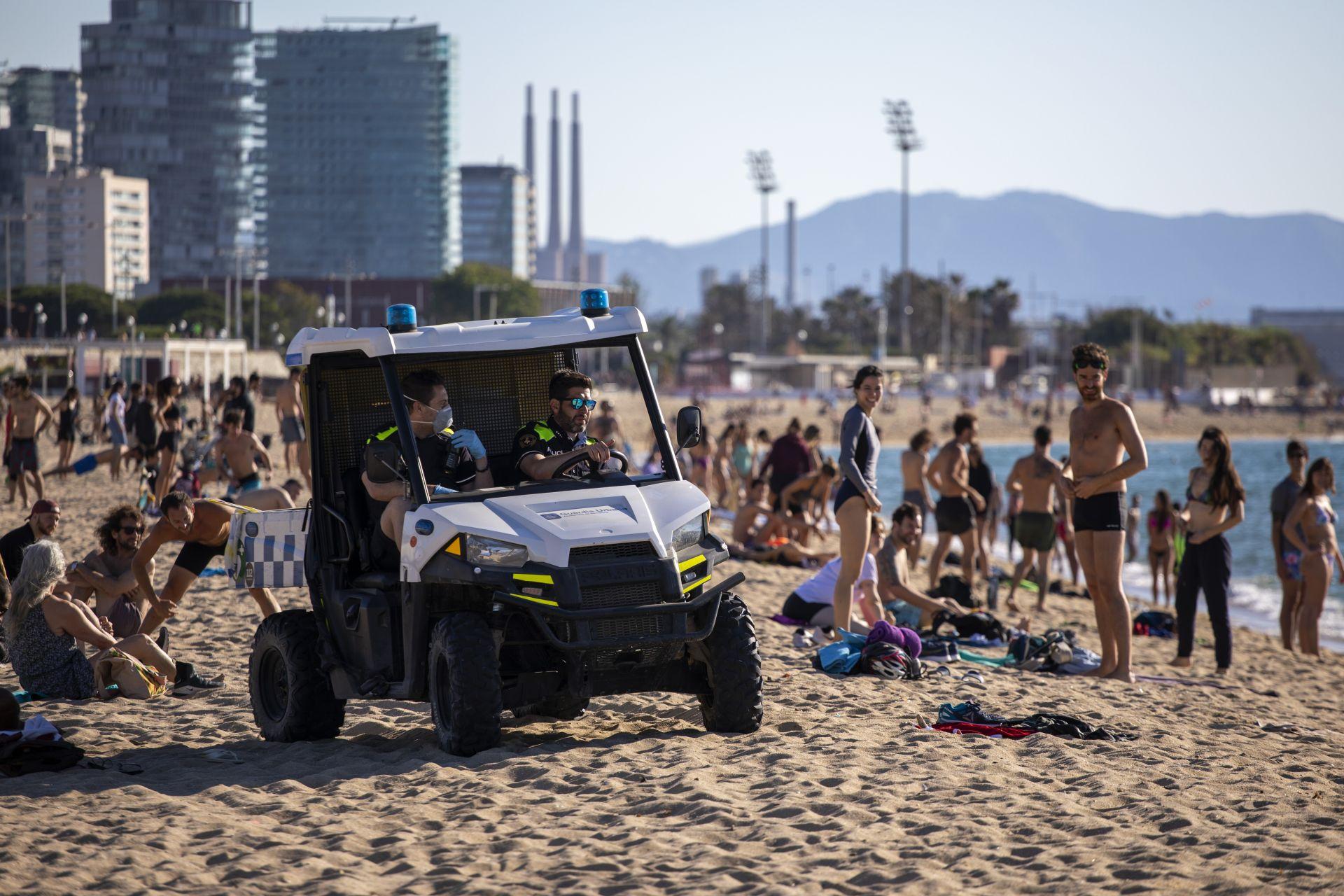 В Барселона, втория по големина град в Испания, много хора отидоха на плажа