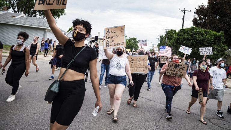 Стотици гневни граждани наобиколиха полицейски участък в Минеаполис
