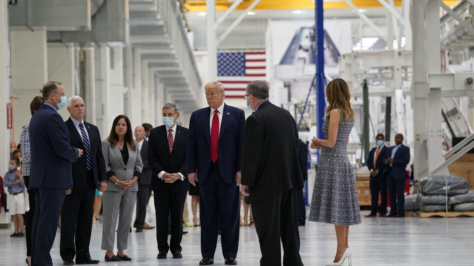 Президентът на САЩ бе на площадката за историческия старт заедно с жена си Мелания и своя вицепрезидент Майк Пенс