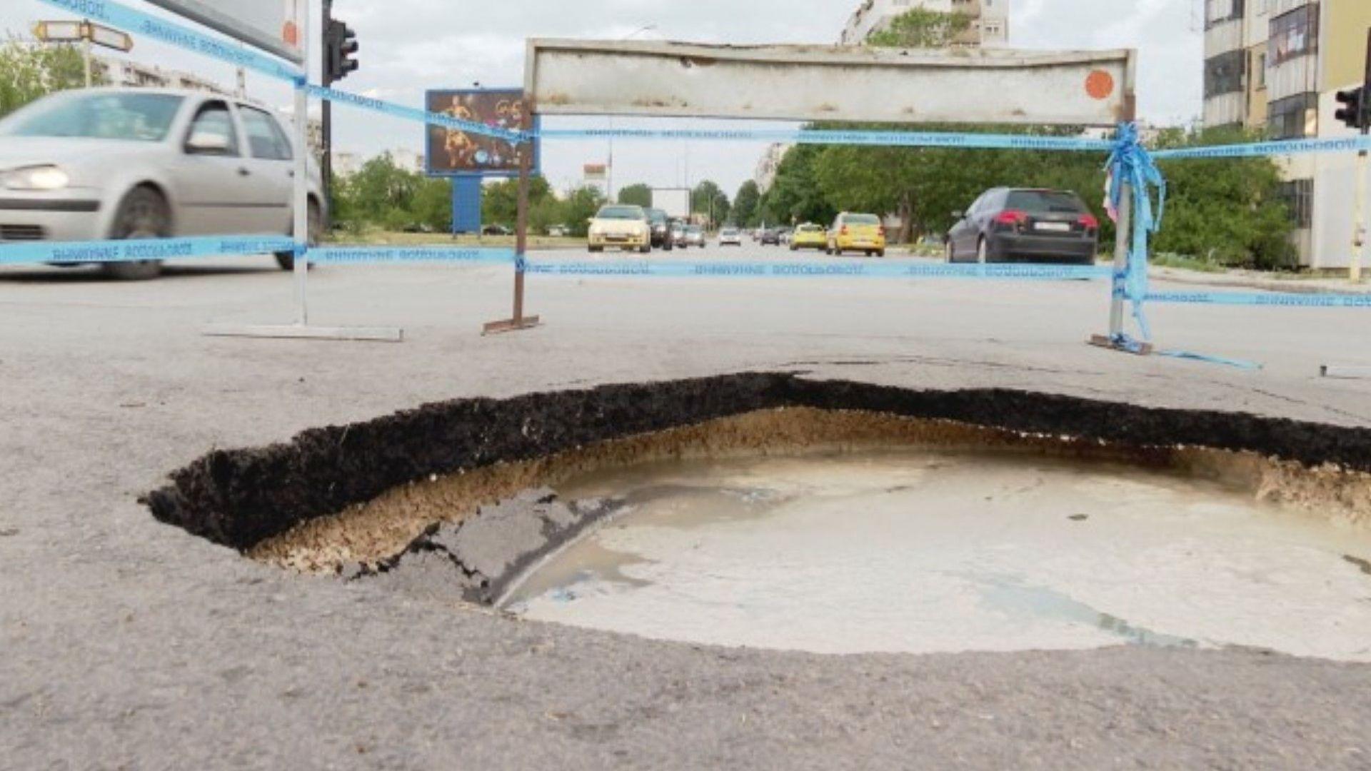 Огромна дупка на оживено кръстовище във Варна