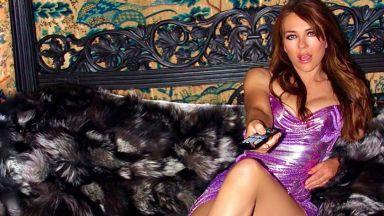 Все още го може – 21 г. по-късно Елизабет Хърли отново в предизвикателния тоалет на Versace
