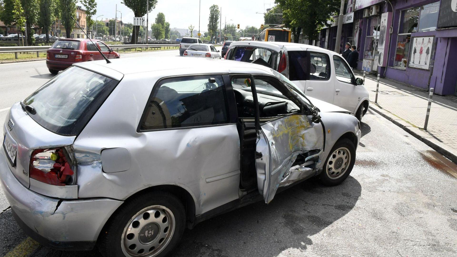 Верижна катастрофа между тролей по линия №6 и 6 автомобила
