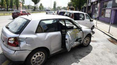 Катастрофа между тролей и 6 коли задръсти централно кръстовище в София (снимки)