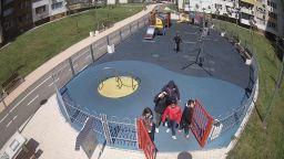 В Бургас заснеха младежи да трошат детска площадка (видео)