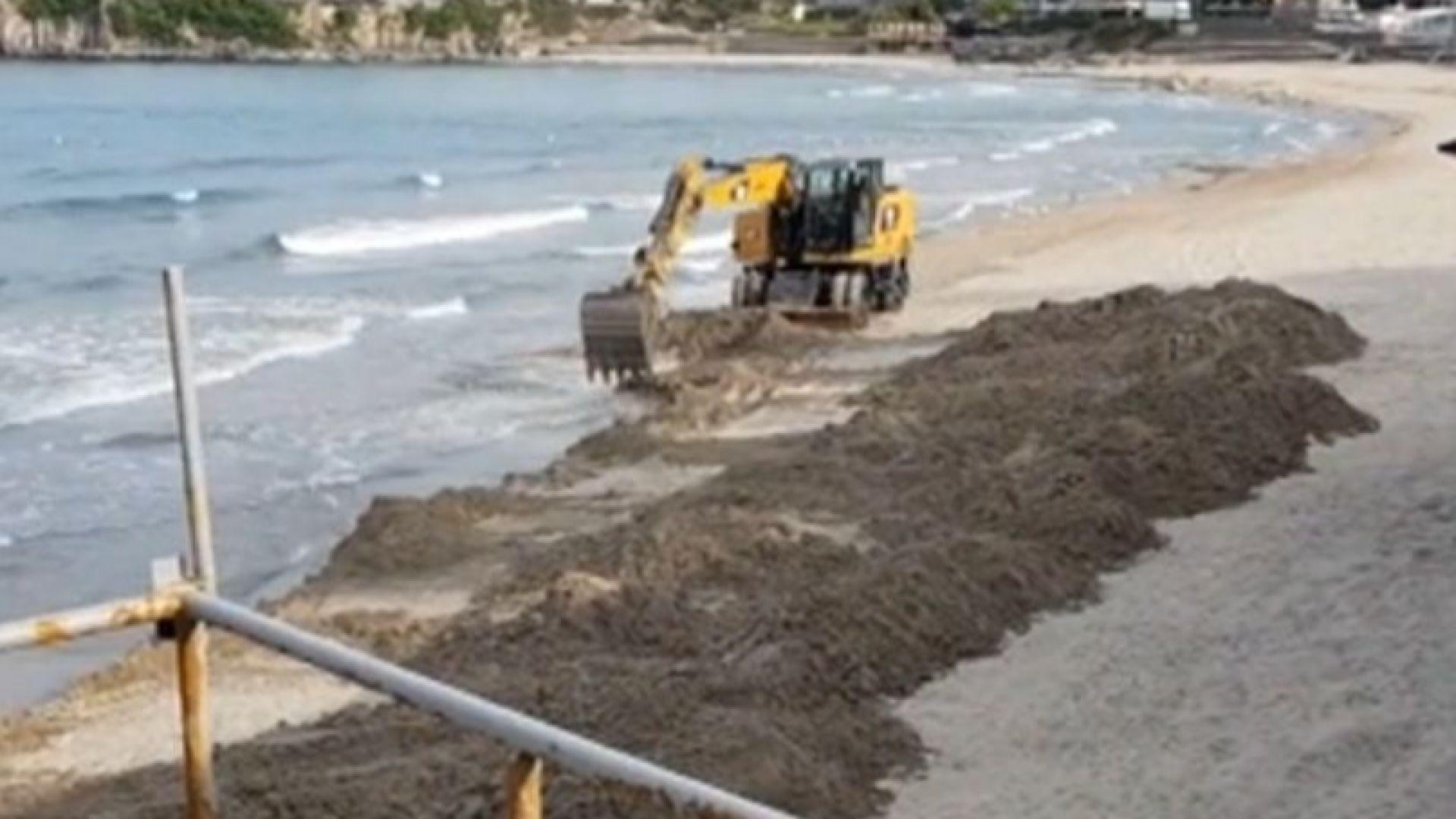 Сигнал за багер на пясъка на плажа в Созопол са