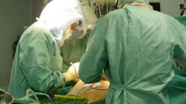 Лекари извадиха от тялото на мъж половин килограм железа
