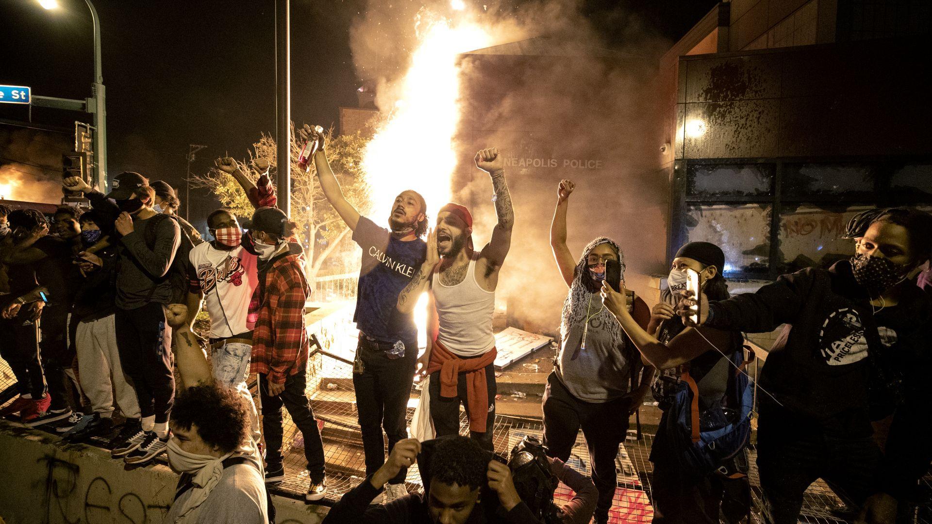 Извънредно положение в Минеаполис след втора нощ на яростни сблъсъци (видео)