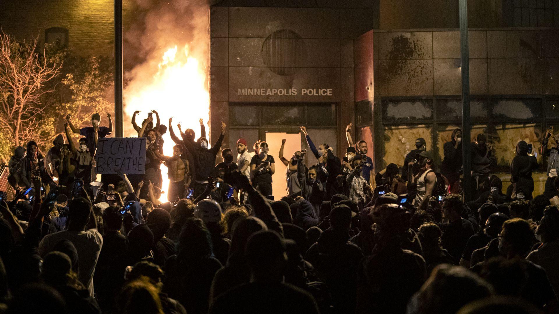 Екип на Ройтерс сред ранените в Минеаполис, при протестите в Индианаполис загина човек