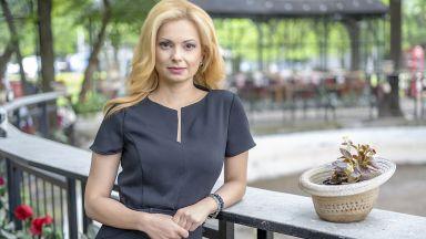 Със сълзи на очи и букет от рози Аделина Радева напусна NOVA