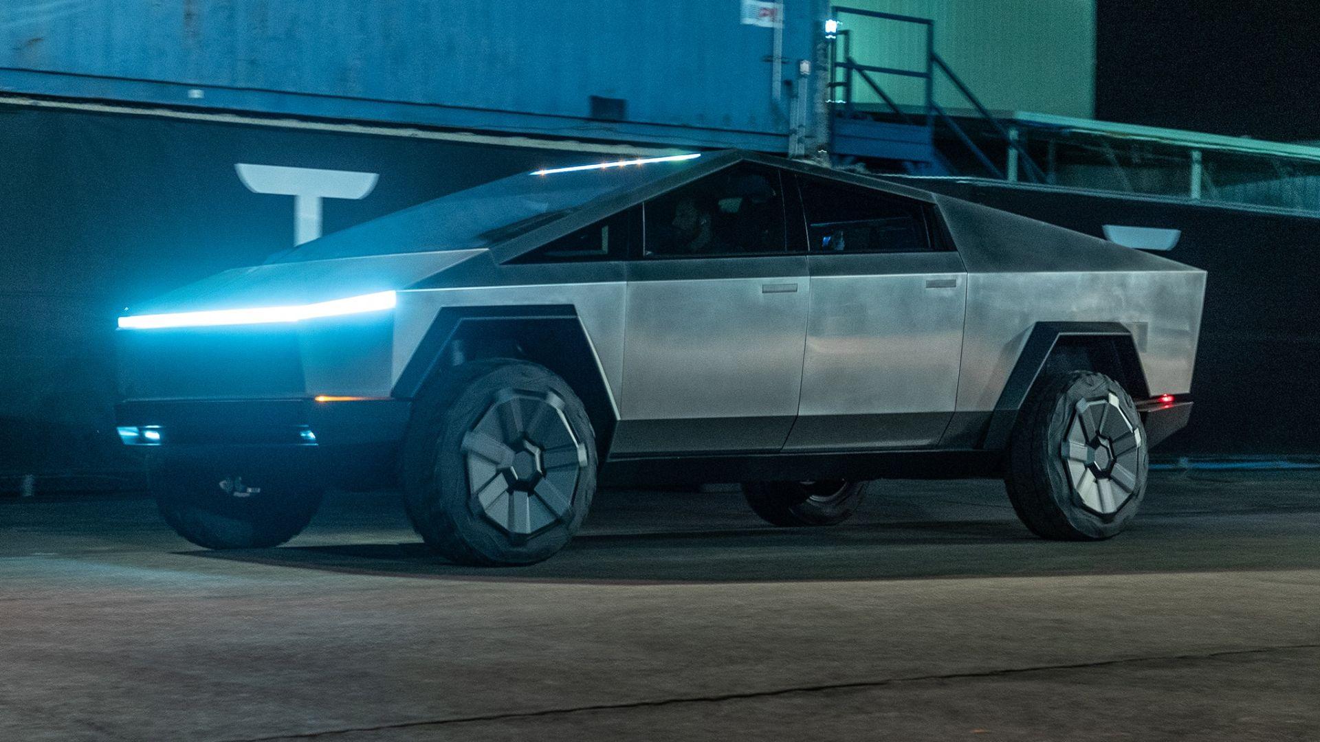 Tesla Cybertruck влиза в тунела на The Boring Company
