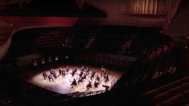 Цигуларят Рено Капюсон изнесе концерт в празната зала на Парижката филхармония