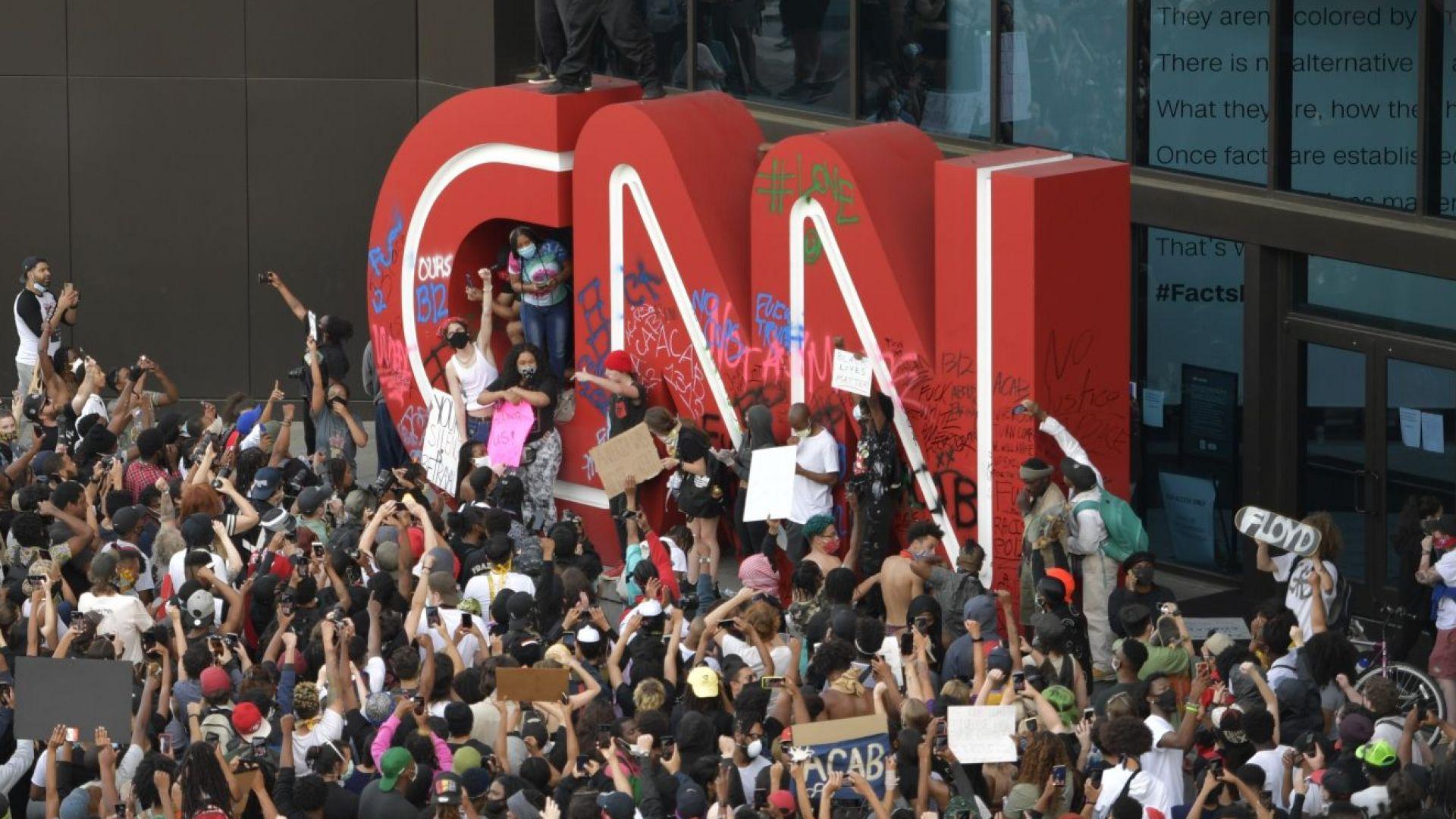 Протестите в САЩ: Атакуваха централа на CNN, извънредно положение в Джорджия