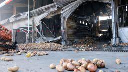 Огнеборците предотвратили голяма трагедия при пожара на зеленчуковата борса (снимки)