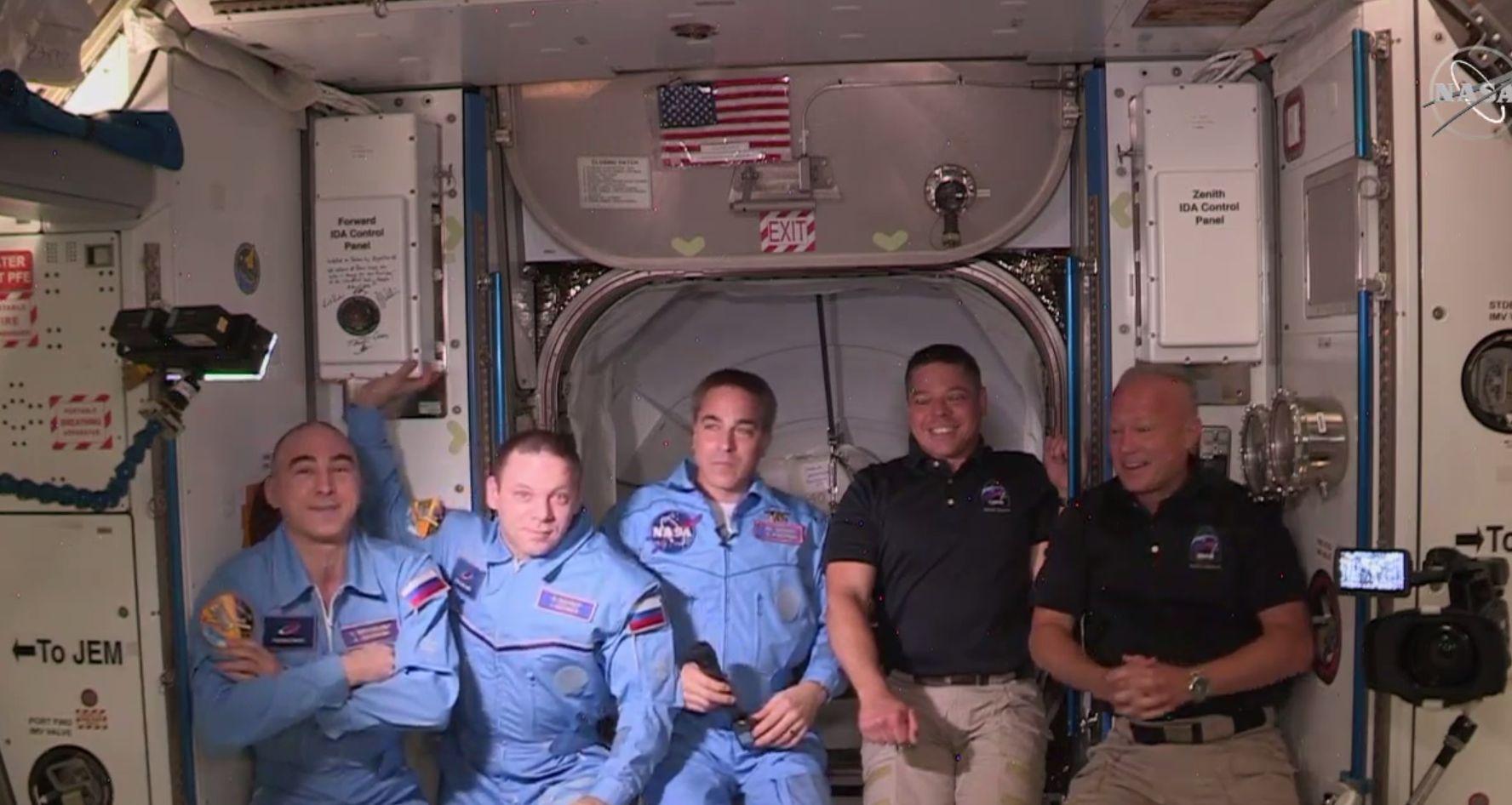 Астронавтите Дъг Хърли и Робърт Бенкен бяха посрещнати от екипажа на експедиция 63