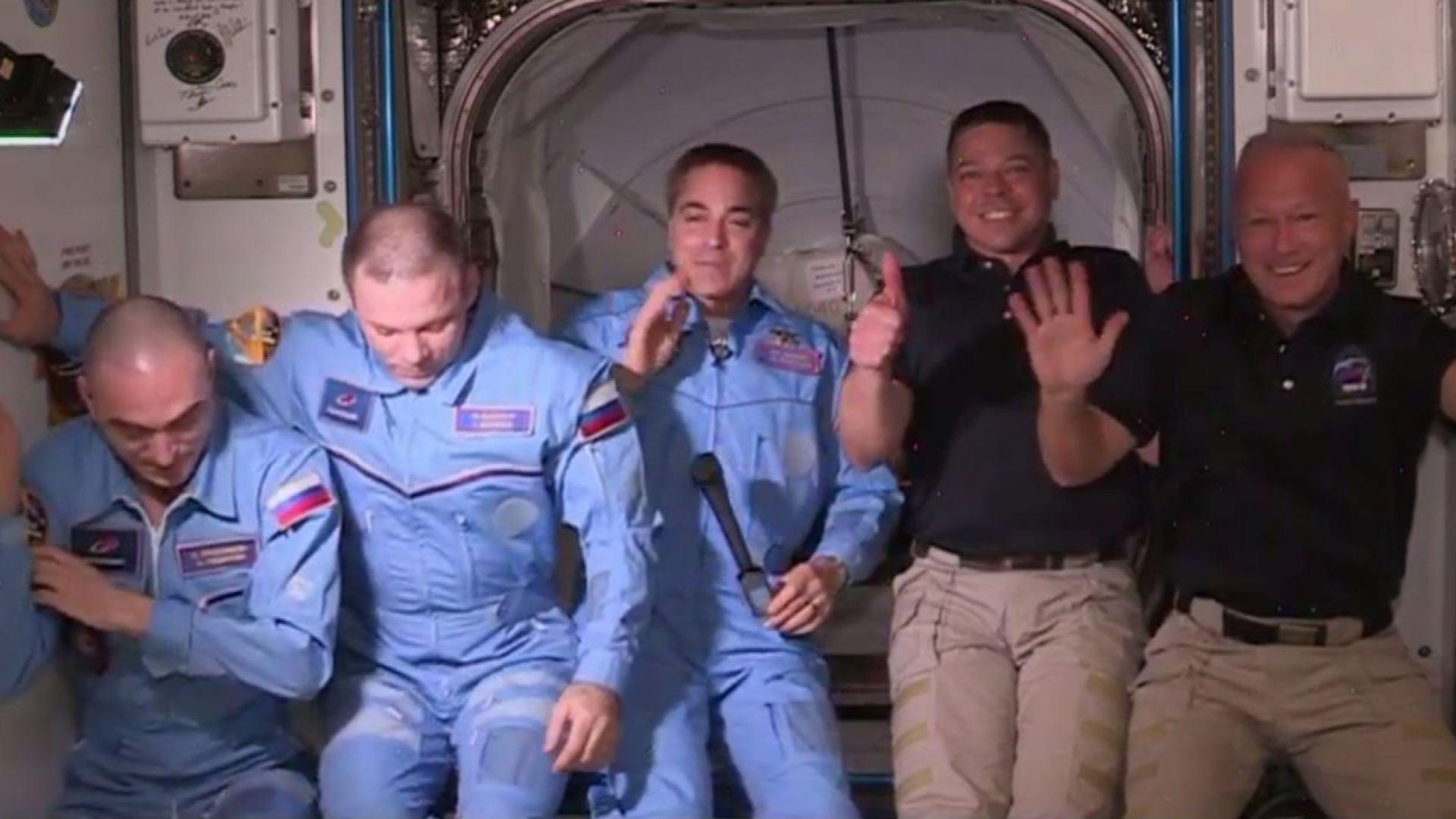 """Екипажът на """"Дракон"""" влезе в МКС след успешно скачане на капсулата (видео)"""