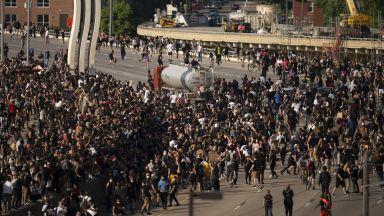 Загинал и ранени при сблъсъците в САЩ, цистерна се вряза в хора, столицата с полицейски час