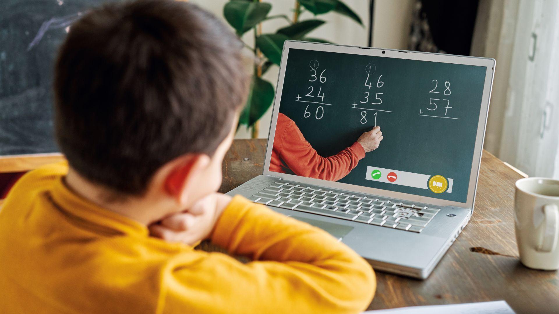 Социалното министерство купува лаптопи на ученици без компютър