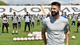Футболист №1 на България изпълни обещанието и подари 112 топки на деца от школата