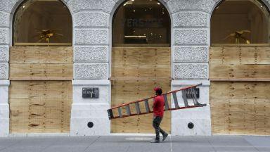 """Дървени плоскости крият блясъка на """"Пето авеню"""" след погромите (снимки)"""