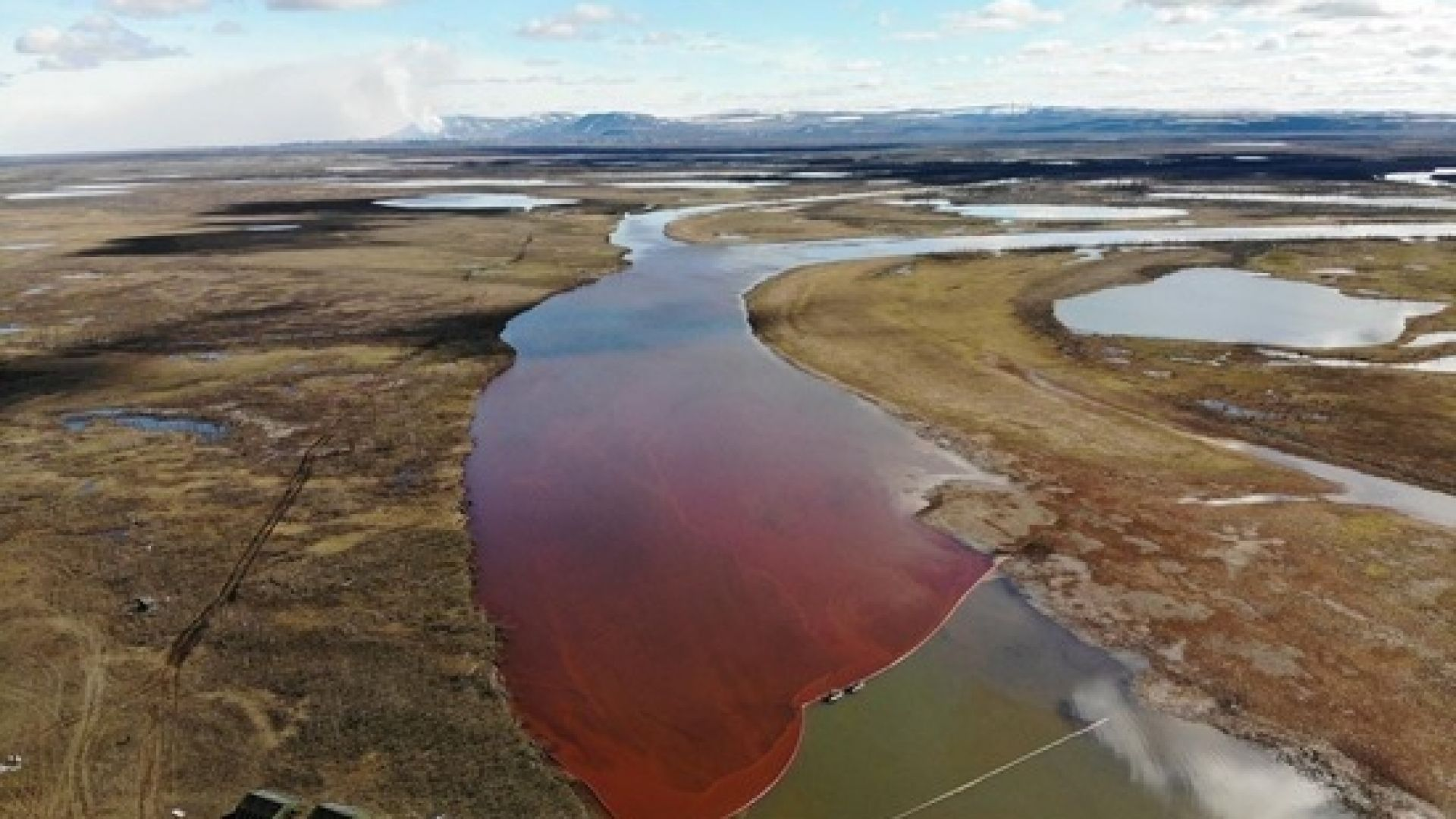 Най-малко 20 000 литра гориво са се разлели във водата