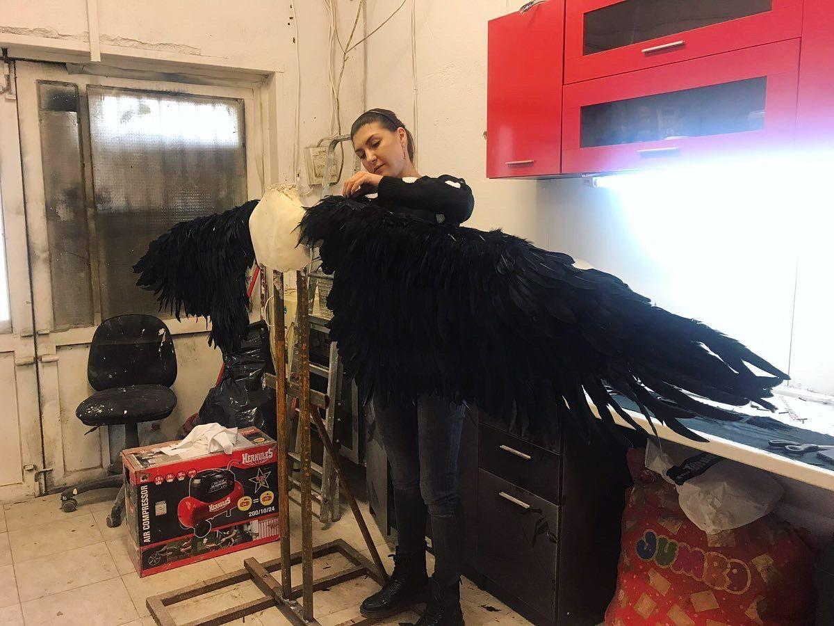 Алекс, докато работи върху проекта с черните крила
