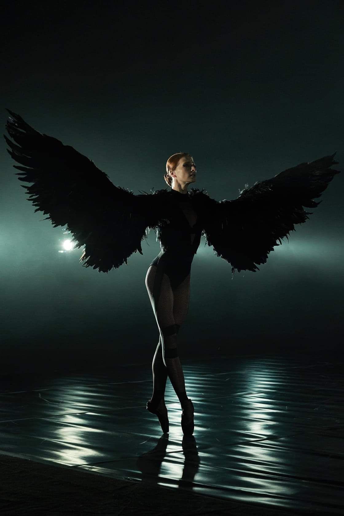 Стигат почти до земята, дори малко повече, балерината е Марта Петкова. Фотограф: Цветан Игнатовски