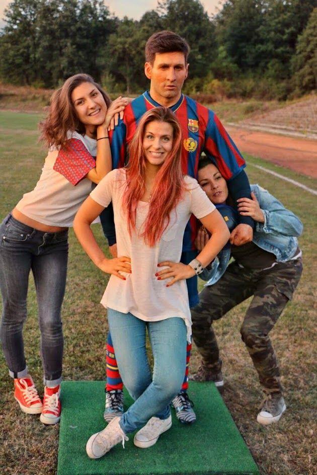 Алекс (вляво) заедно със София Ракова и куклата на Меси