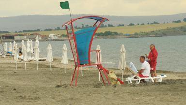 Поставиха чадърите на Северният плаж в Бургас (снимки)