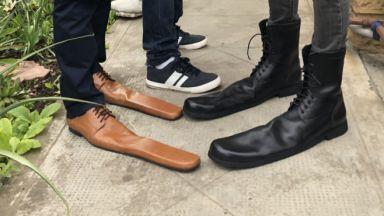 Румънец измайстори обувки за социална дистанция 75-и номер (видео)