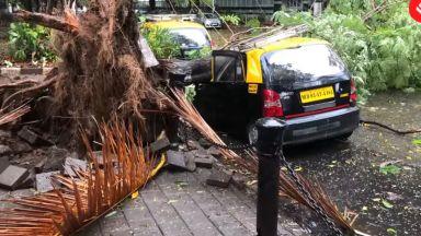"""Мумбай избегна удара на циклона """"Нисагра"""" (видео)"""