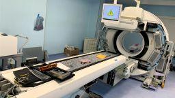 Пристигна ПЕТ скенерът за онкоцентъра в Бургас, вече го монтират (снимки)