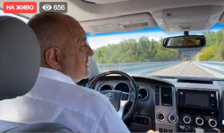 Премиерът отново шофира джипа си, в който вози министри