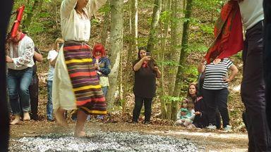 Нестинари танцуваха върху жарава в секретен ритуал