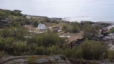 Свлачище отнесе в морето част от норвежко селище (видео)