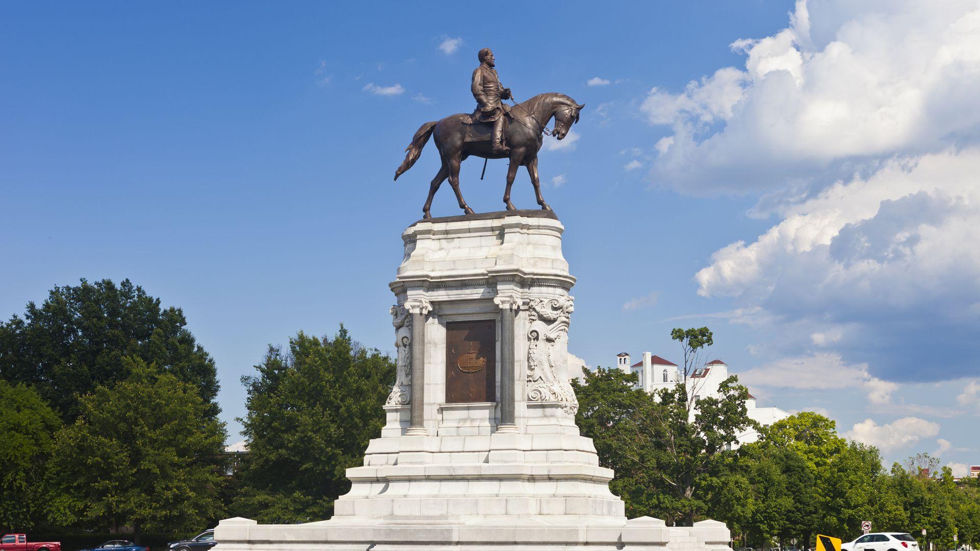 Статуя на генерал Робърт Лий, главнокомандващия на Конфедерацията по време