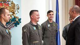 Първите пилоти, които ще летят с F-16, отидоха при президента Радев (снимки)