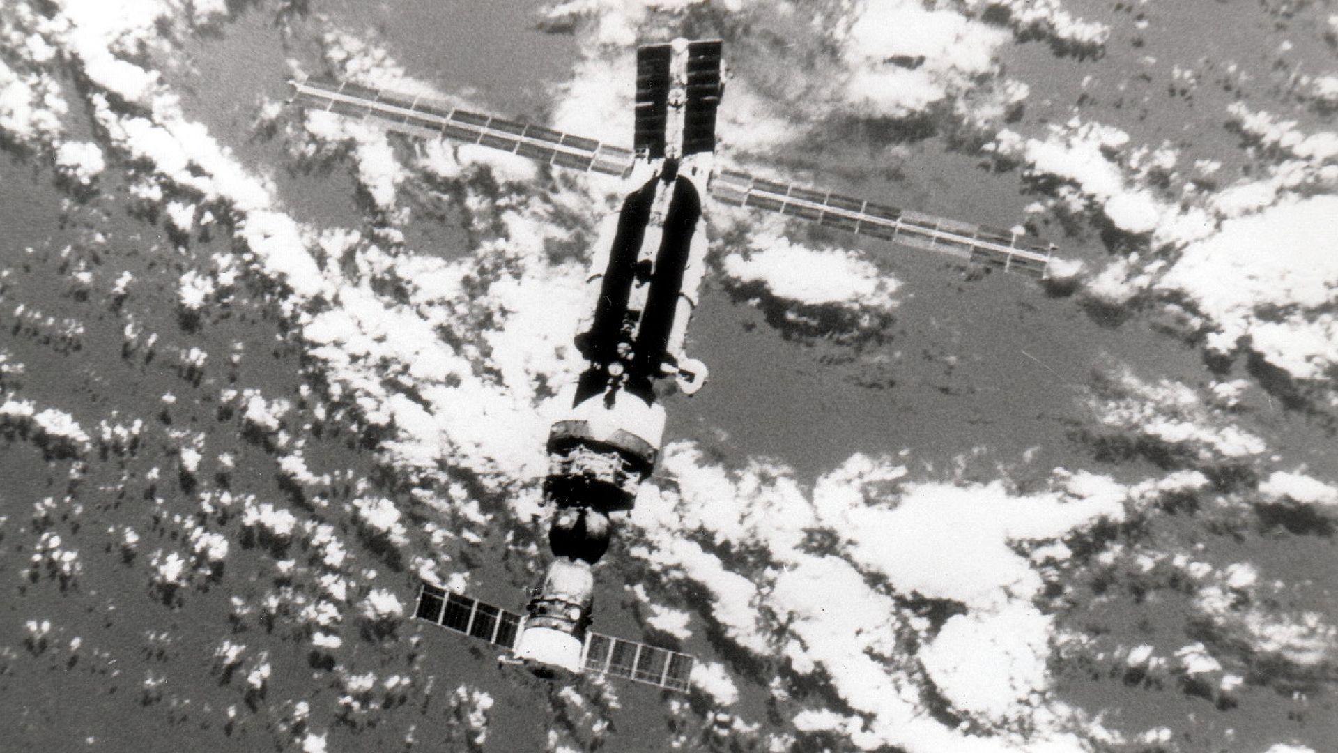 """Така изглежда космическата станция """"Мир"""", скачена с космическия кораб """"Союз ТМ-5"""""""