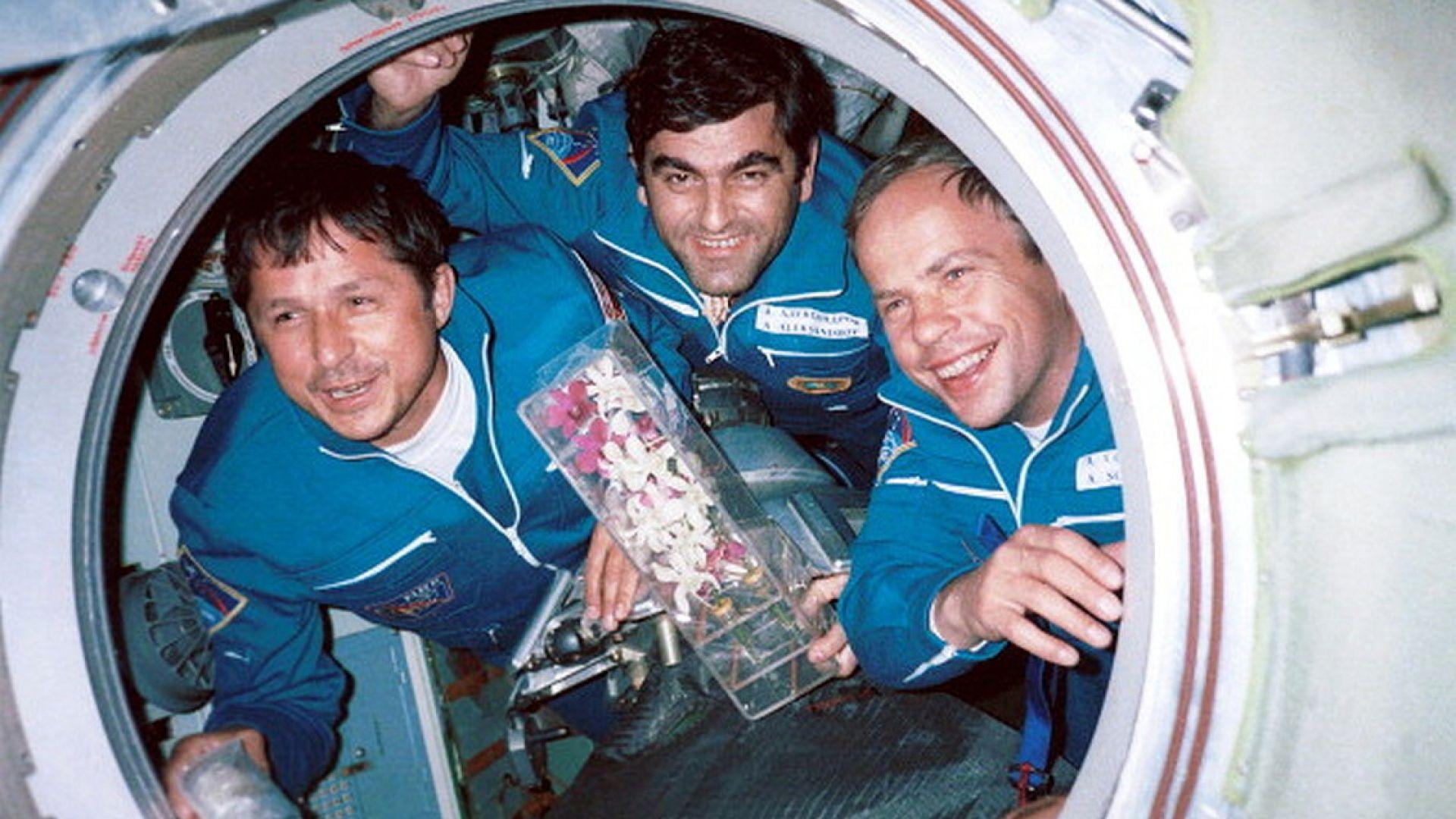"""Вторият български космонавт Александър Александров на борда на """"Мир"""""""