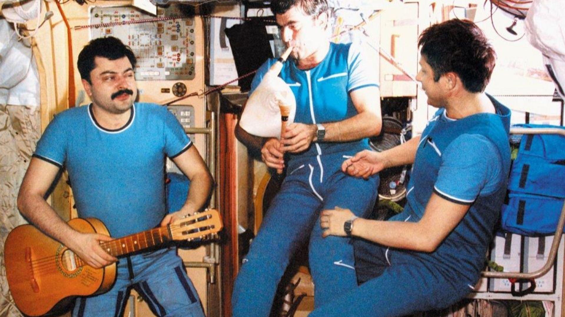 Александър Александров свири на гайда в космоса