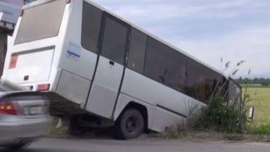 Автобус с петима пътници пропадна в канавка край Пловдив