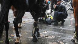 Сблъсъци на забранен протест срещу расизма в Лондон, полицай е ранен след падане от кон (снимки)