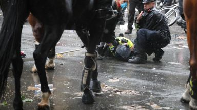 """Сблъсъци на """"забранен"""" протест срещу расизма в Лондон, полицай е ранен след падане от кон (снимки)"""