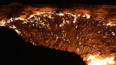 """""""Вратите на ада"""" - зловещ кратер в центъра на пустинята изригва огън повече 50 години (ВИДЕО)"""