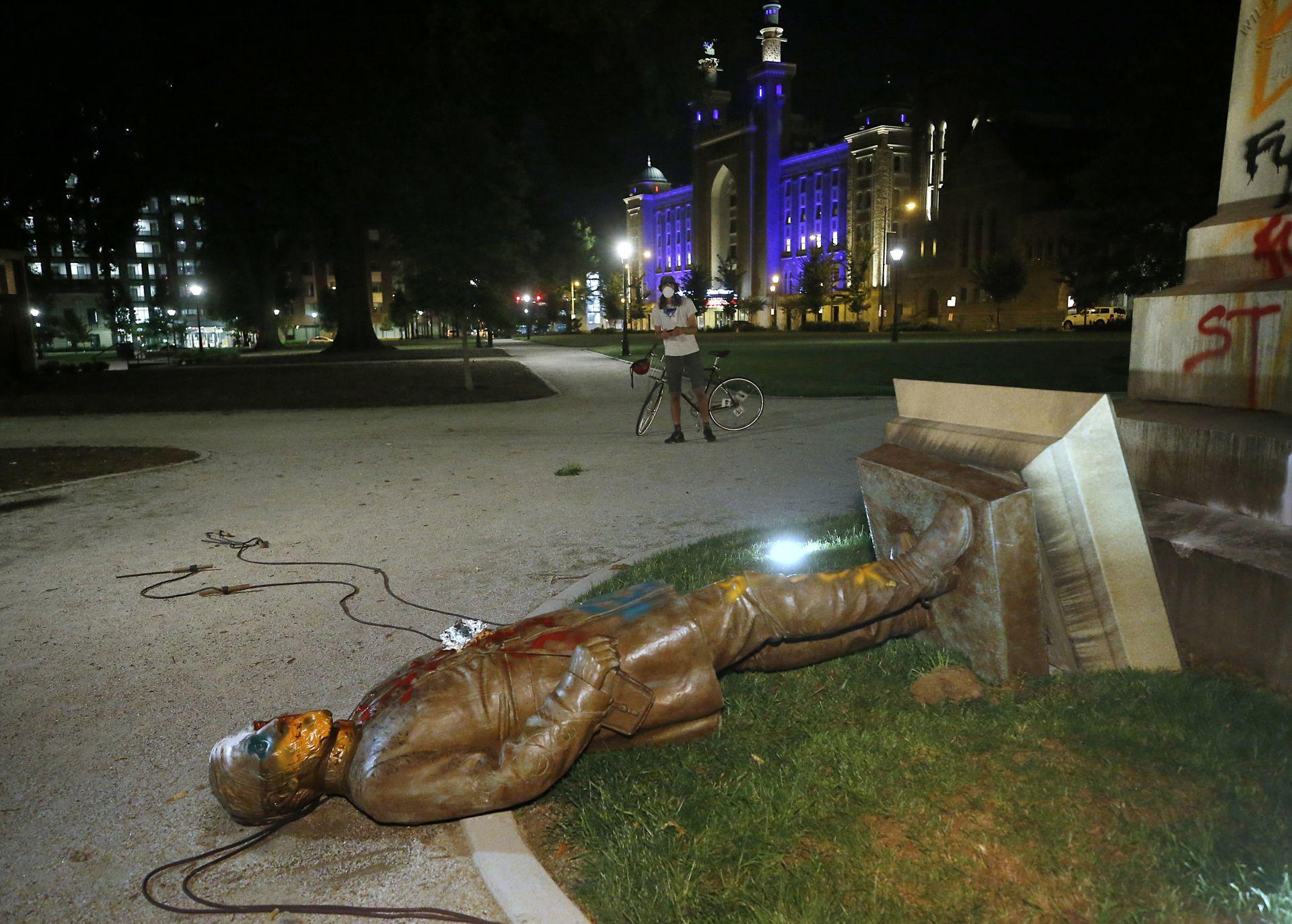 Протестиращи свалиха статуята на ген. Лий в Риз