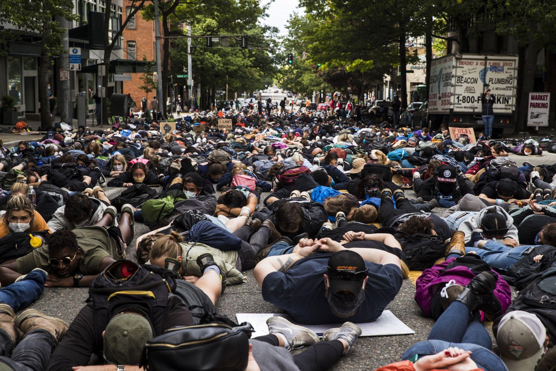 Протестиращи в Ситаъл легнаха на земята с ръце на гърба, в каквато поза е издъхнал Джоржд Флойд