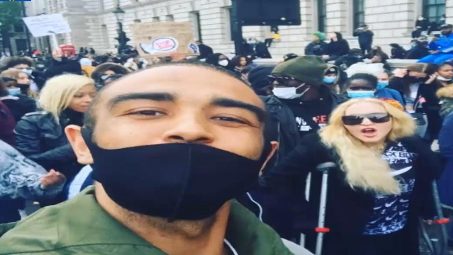 Мадона с патерици на антирасисткия протест в Лондон, Дженифър Анистън дари $1 млн.