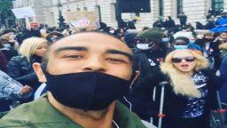 Мадона на патерици на антирасисткия протест в Лондон, Дженифър Анистън дари $1 млн.